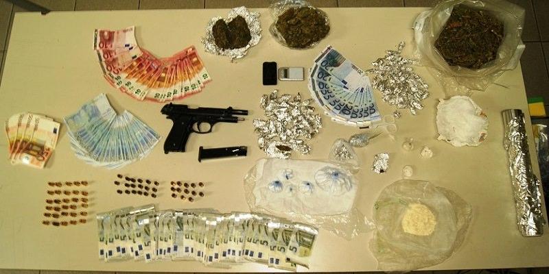 Teneva armi, droga e denaro falso in casa: arrestato sorvegliato speciale