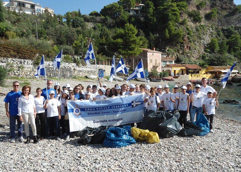 """Oltre 50 studenti per la giornata ecologica """"Un mare da amare"""" a Isola Bella"""