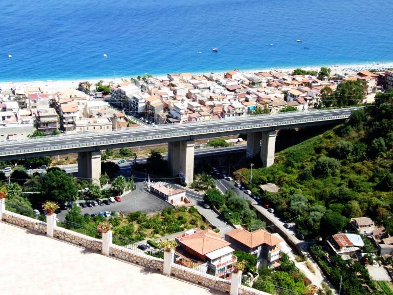 La frana sulla Messina – Catania. Nella zona di Letojanni è il caos