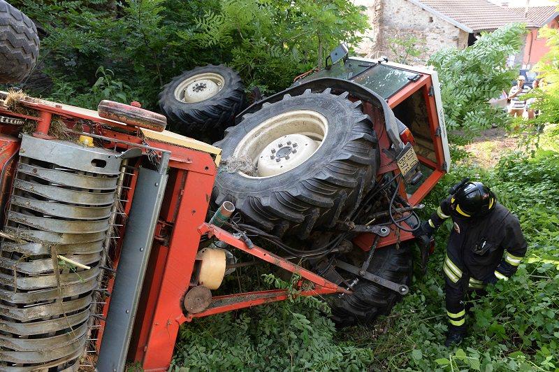 Incidente sul lavoro, agricoltore schiacciato da un trattore