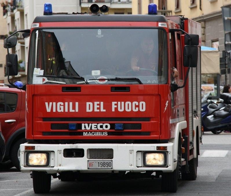 San Cataldo, stava per lanciarsi dal quinto piano, salvato in extremis dai Vigili del Fuoco