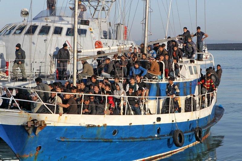 Indagini dopo lo sbarco di 347 migranti: sequestrati telefoni e rubriche a 4 scafisti