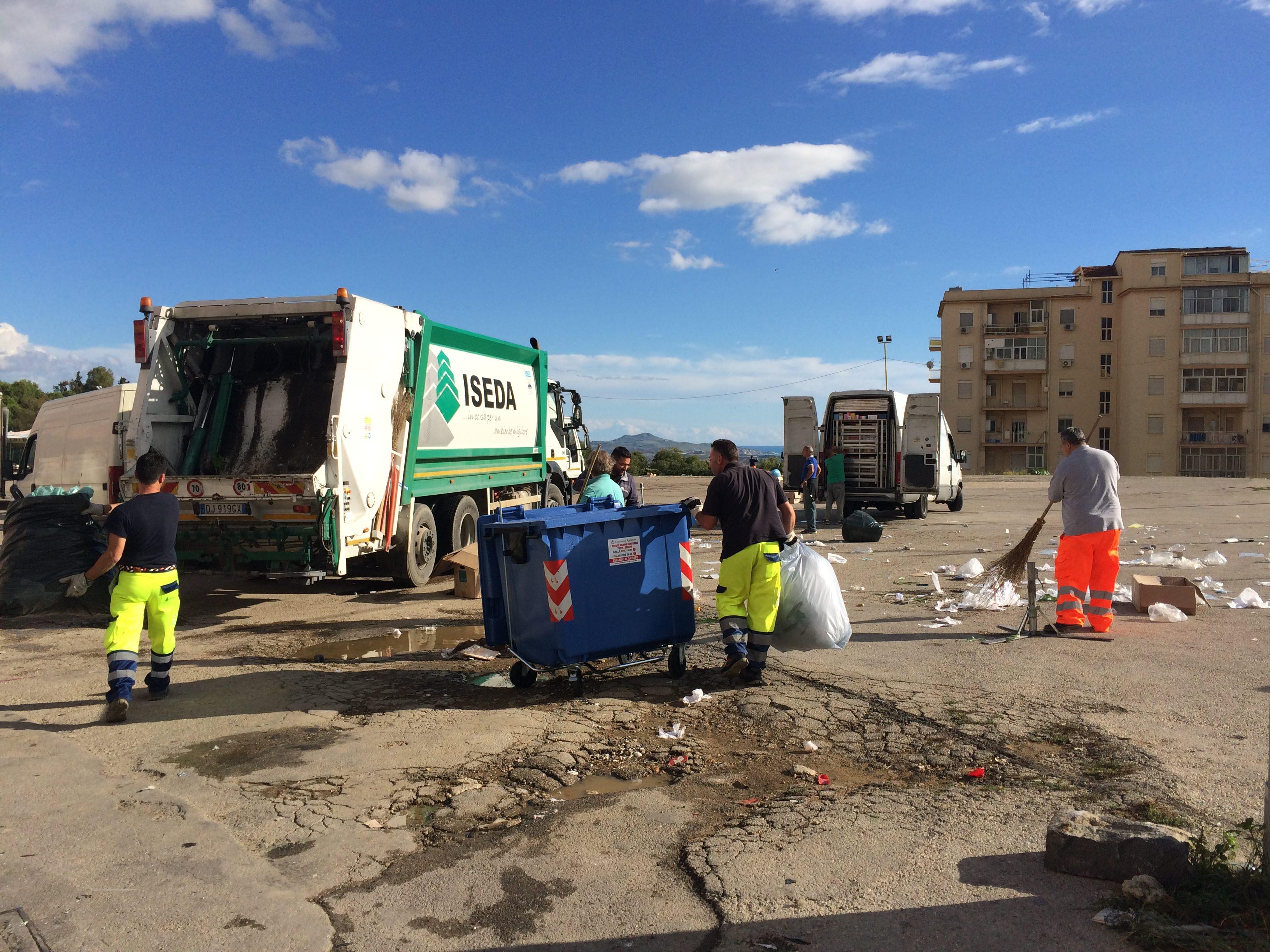 Agrigento: rifiuti in piazza e cassonetti bruciati