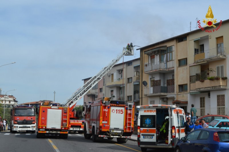 Catania, incendio distrugge mansarda. Per fortuna nessun ferito