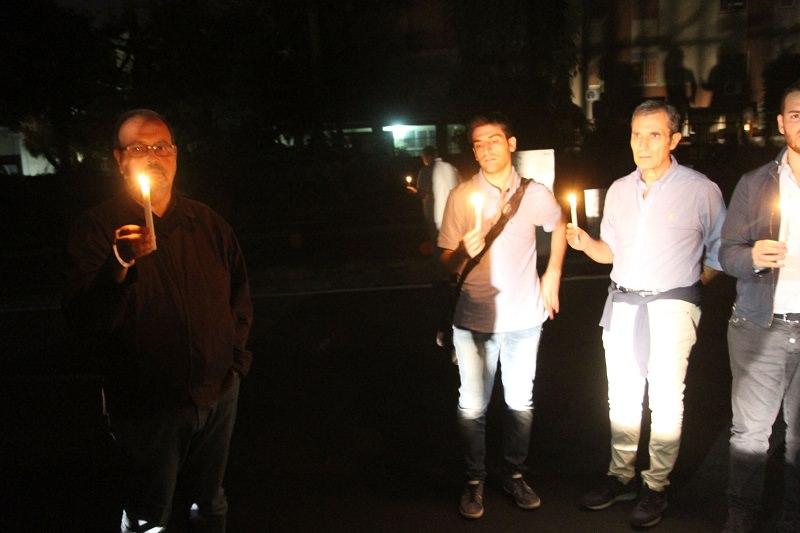 Si accendono torce e candele in viale Tirreno, basta furti di rame