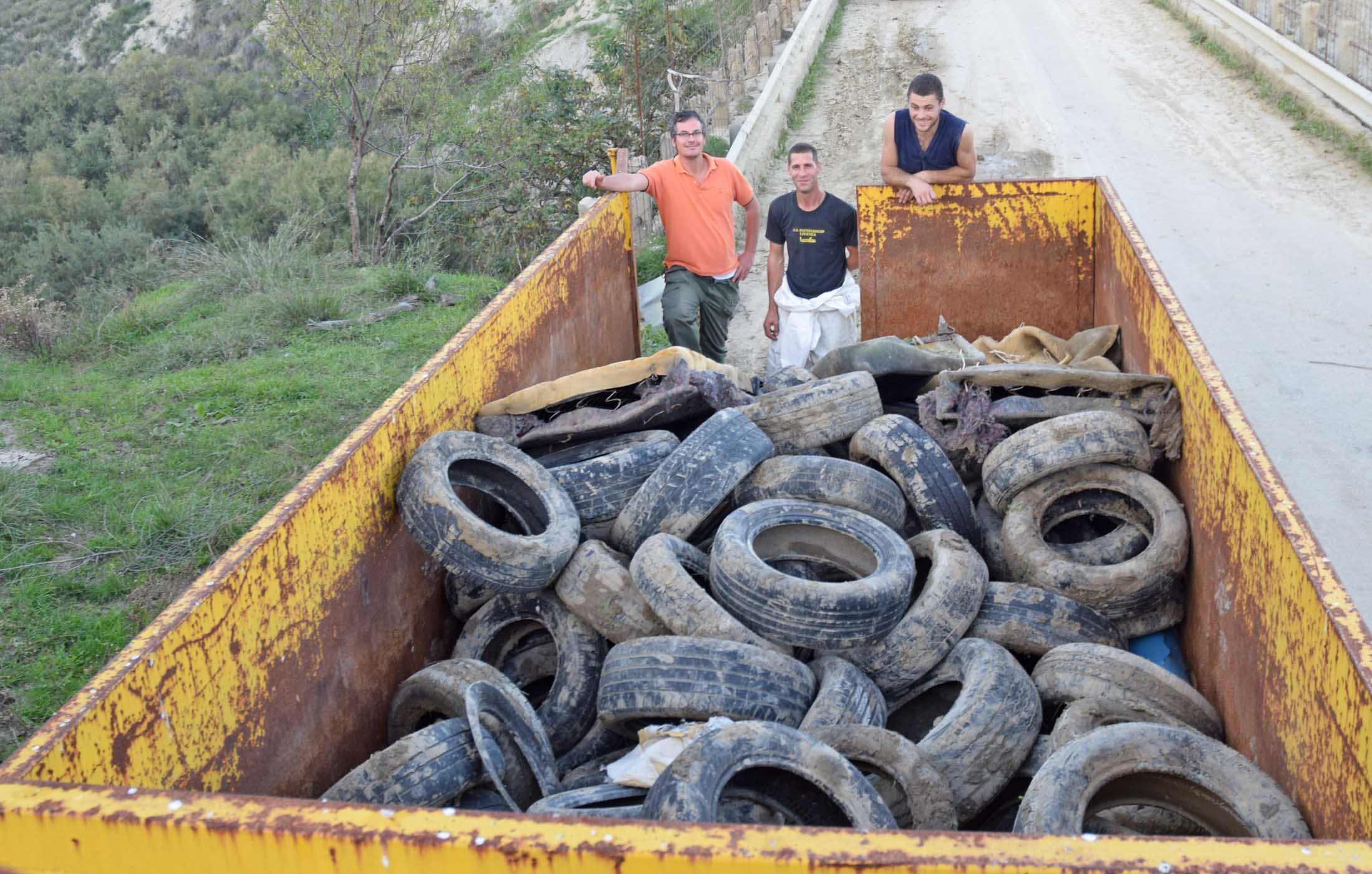 Bonificato l'alveo del torrente Brace: rimossi 150 pneumatici
