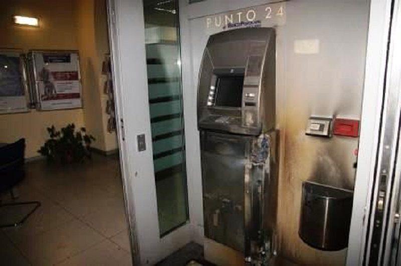 Provano a scassinare un bancomat con la fiamma ossidrica: arrestati