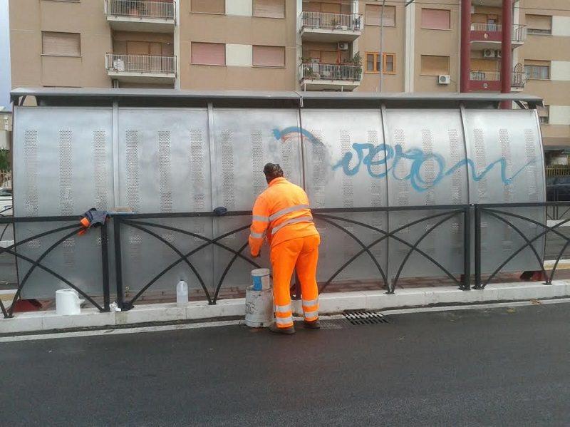 Palermo, ripulite dai cittadini pensiline del tram sporcate con vernice spray