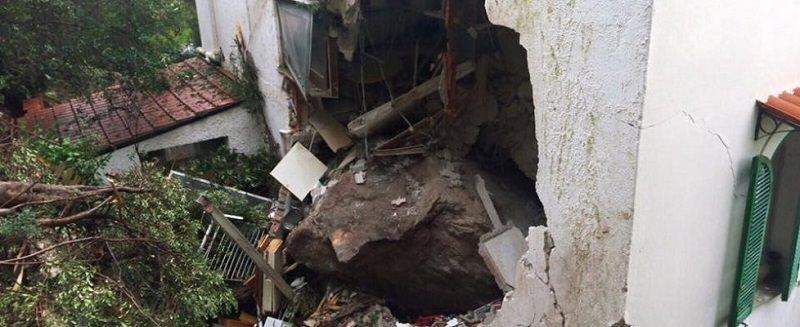 Maltempo: frana a Mondello. Un masso schiaccia una casa, un morto e due feriti