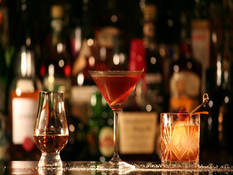 Ubriaco molesta i clienti di un locale e aggredisce il titolare: minacce anche ai carabinieri