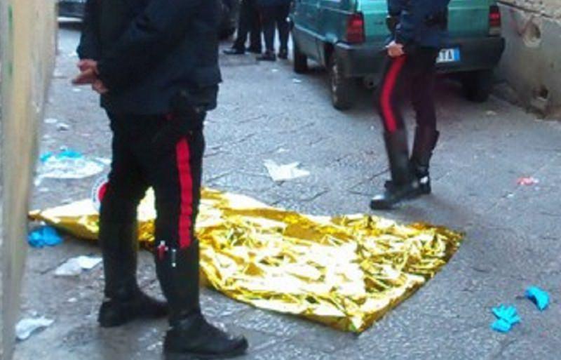 Giallo in via Pecoraino, cadavere riverso sul marciapiede: niente documenti, indagini in corso