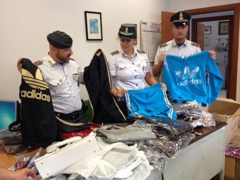 Tremila capi di abbigliamento contraffatti: due senegalesi denunciati