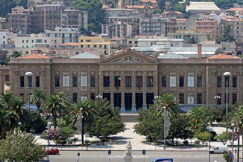 Si staccano calcinacci dalla facciata di Palazzo Zanca, polizia Municipale e vigili del fuoco sul posto