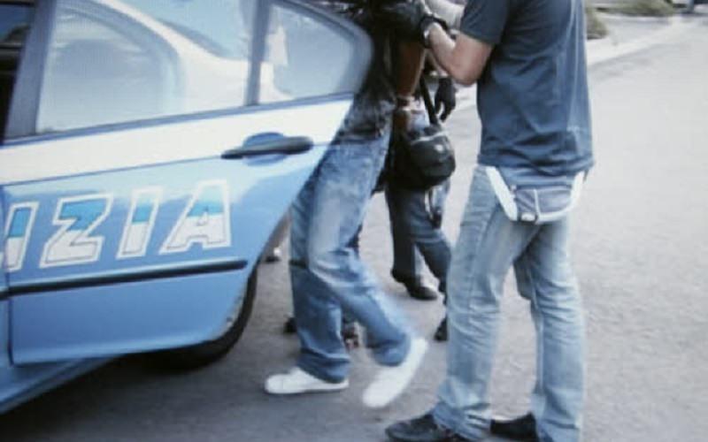 Colpisce con una pistola il direttore del supermercato e scappa: tradito dalle telecamere. IL VIDEO