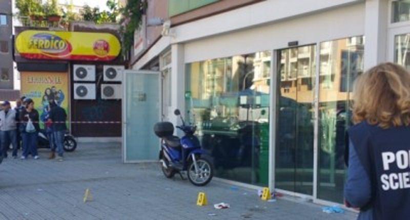 Assalto armato ad un portavalori: ferito un uomo in via Uditore, esplosi colpi di pistola