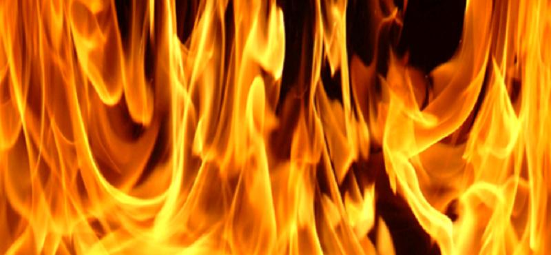 Tenta di dare fuoco all'appartamento in cui si trovava la figlioletta di 2 mesi e sfregia vigile urbano