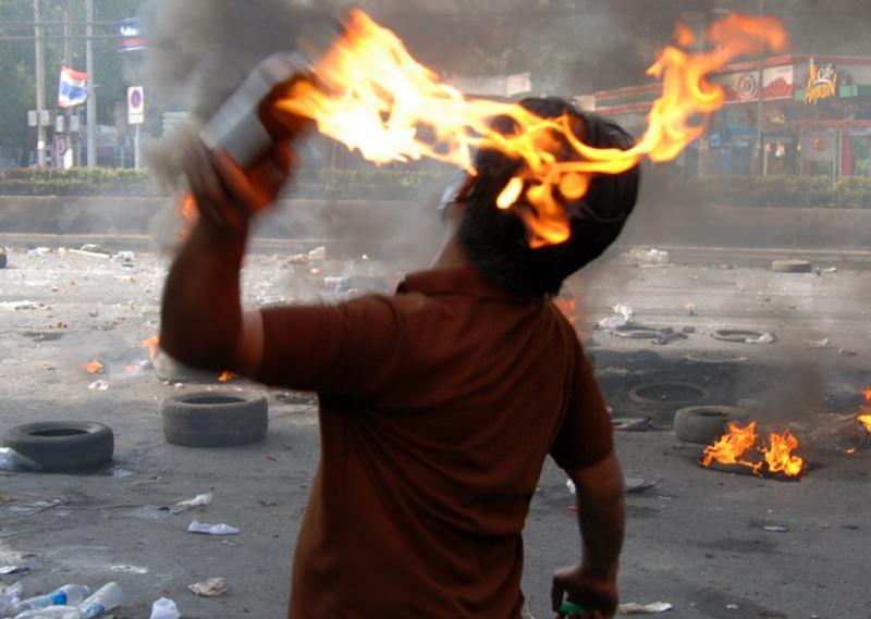 Alcamo, paura all'alba: bottiglia incendiaria scagliata contro il municipio