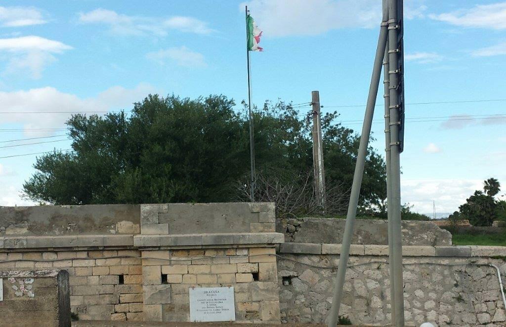 Siracusa, nessuno sistema bandiera su ponte dell'Anapo. Ci pensa la Lamba Doria