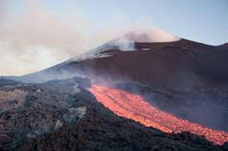 L'Etna si risveglia e dà spettacolo sotto gli occhi increduli dei turisti