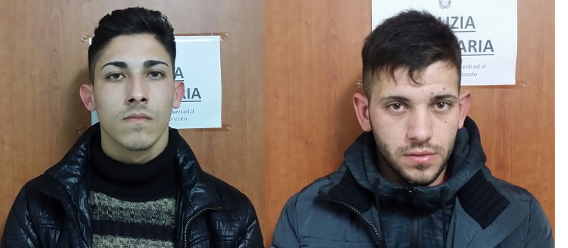 Li immobilizza e ammanetta, poliziotto fuori servizio arresta due rapinatori nella farmacia Librino