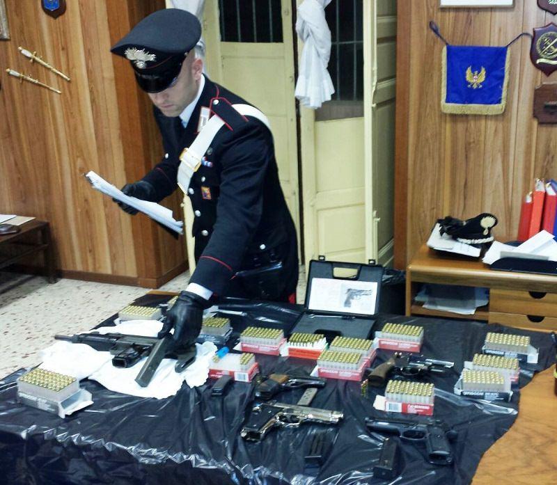 Pistole e mitragliatrice: carabinieri scoprono arsenale