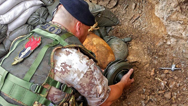 Militari all'opera per disinnescare ordigno della seconda guerra mondiale