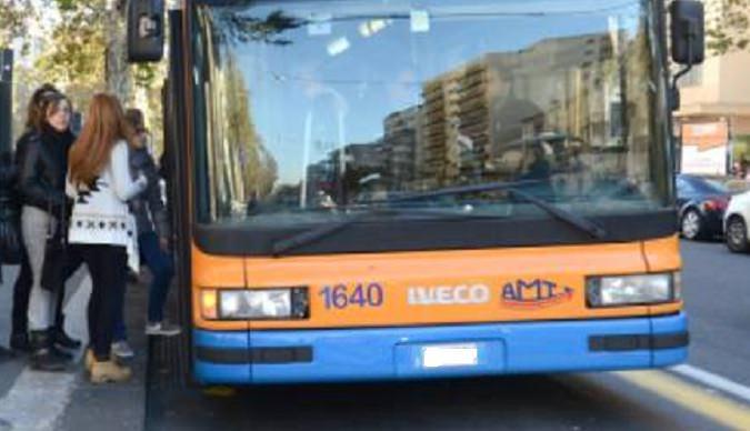 Catania, si rifiuta di indossare la mascherina sul bus Amt e minaccia gli agenti: denunciato