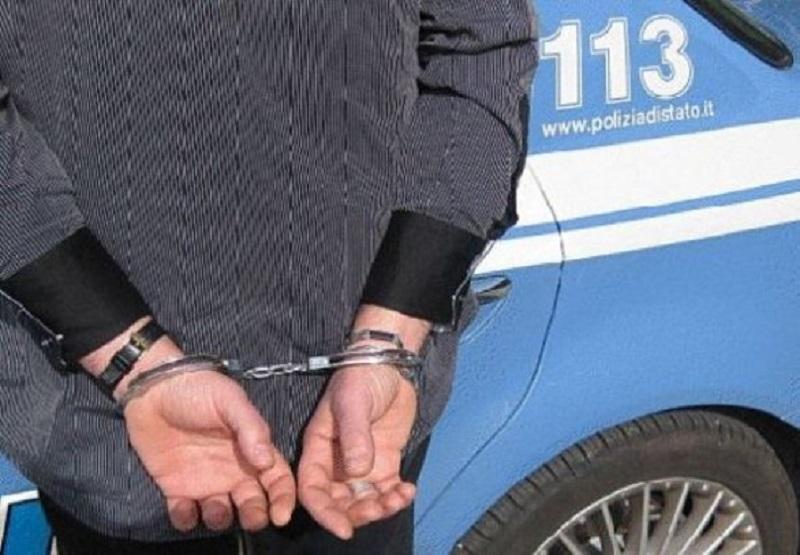 Compie atti osceni sul muretto della statale: forze dell'ordine prese a calci e pugni