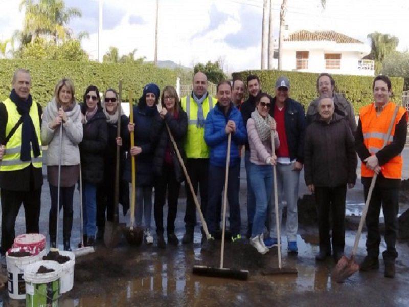 Mascali: sindaco, assessori e consiglieri spazzano le strade