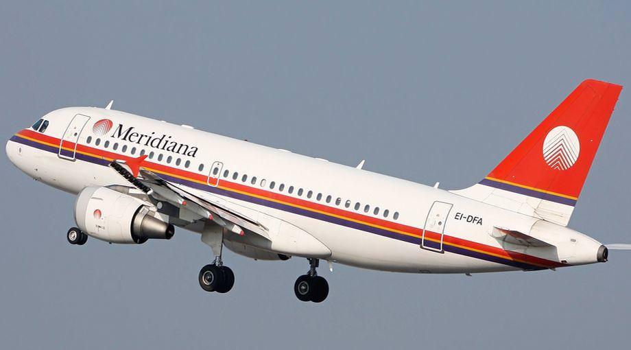 Catania, uomo fuori di senno tenta di salire sull'aereo senza biglietto: portato via in ambulanza