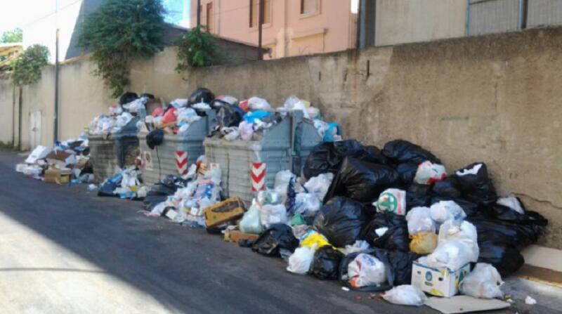 Caos rifiuti a Messina: circa duecento tonnellate in strada