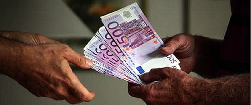 Minacce sul lavoro: dipendente costretto per anni ad accettare retribuzione inferiore a quella indicata nella busta paga