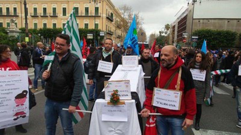 Contratti in scadenza, 5000 a rischio: lavoratori Almaviva in sciopero, si chiama in causa la Regione