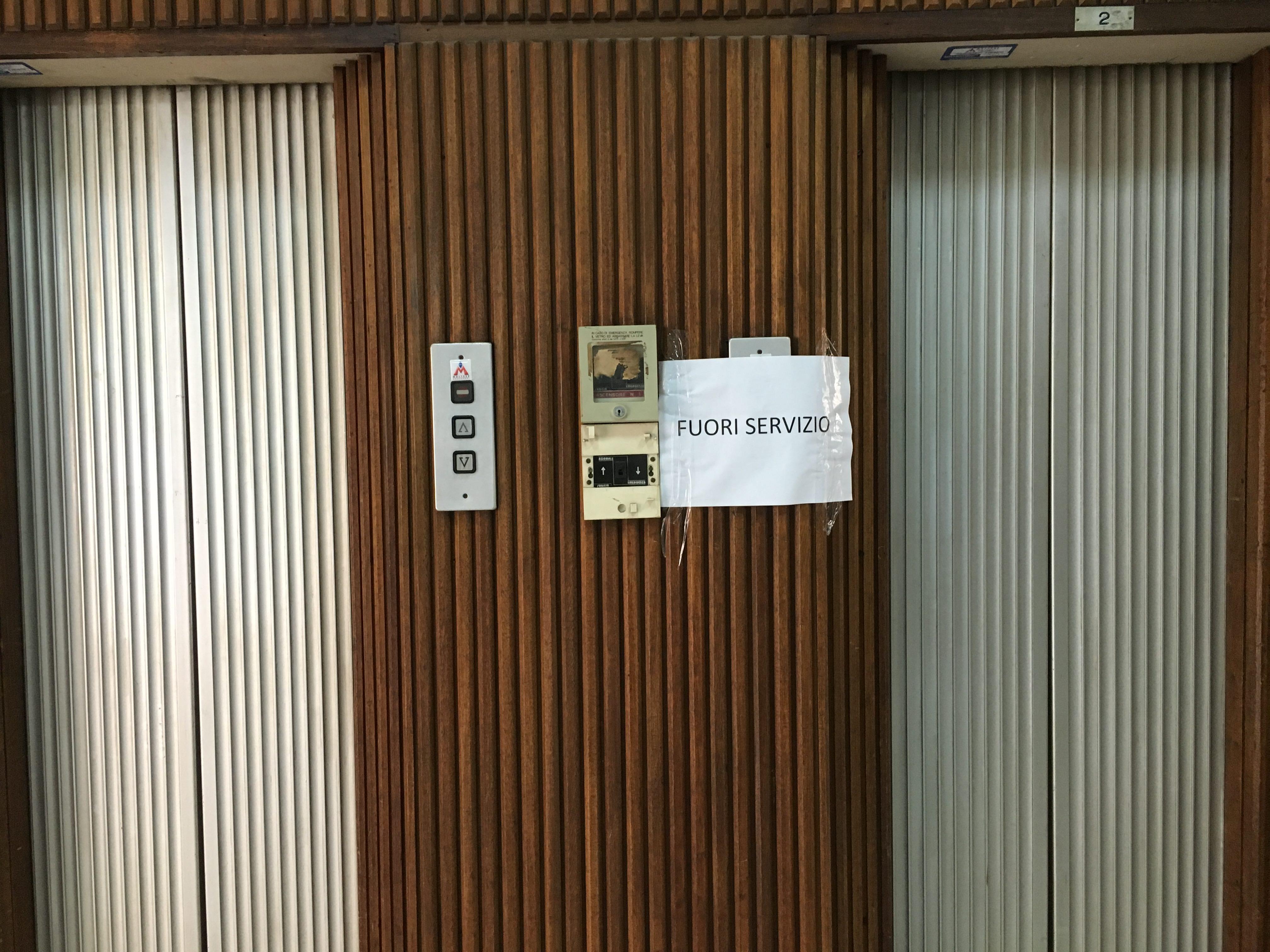 Sei piani di scale a piedi ascensori fuori servizio al for Piani di ascensore domestico