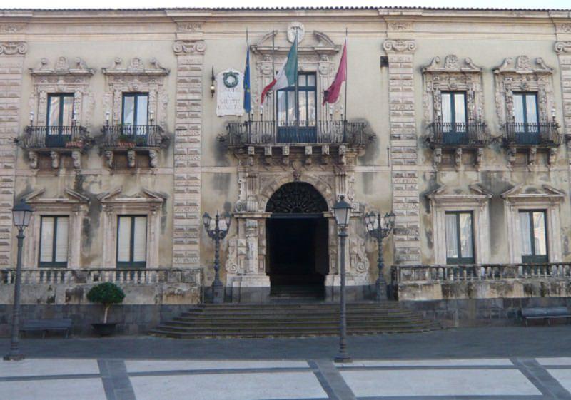 """Badge """"strisciati"""" da colleghi compiacenti: scoperti 62 assenteisti al Comune di Acireale"""