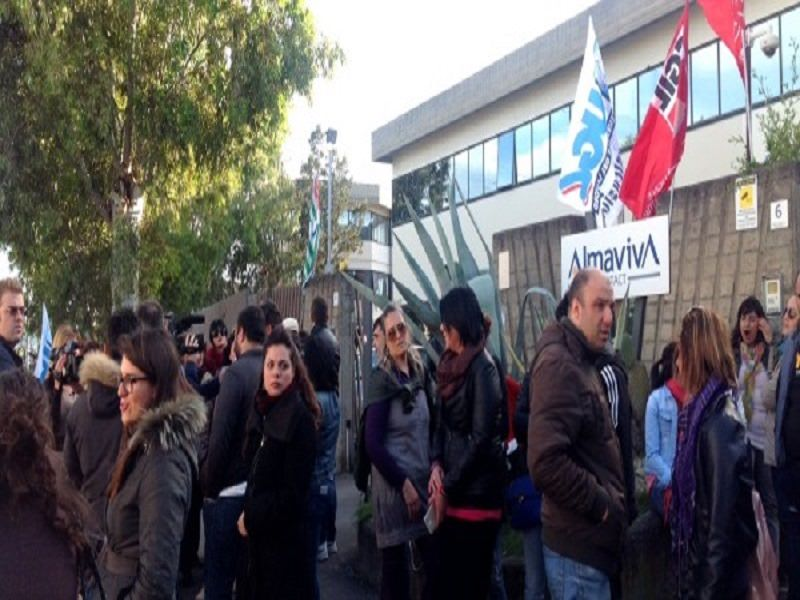 Trasferimento lavoratori Almaviva, occupato call center a Palermo