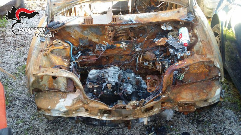 Da una carcassa bruciata scoperto un reato: due denunciati