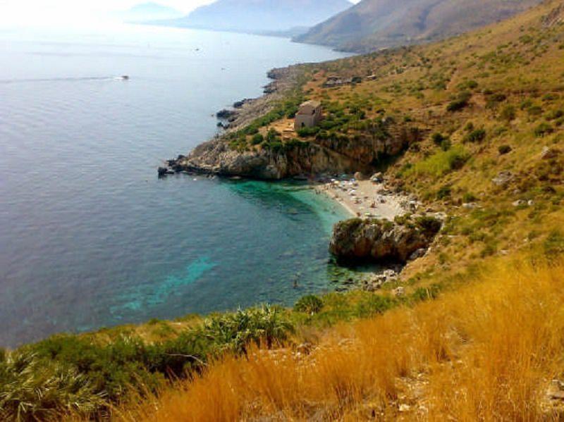 Choc in Sicilia, corpo senza vita ritrovato lungo la scogliera: ignota l'identità