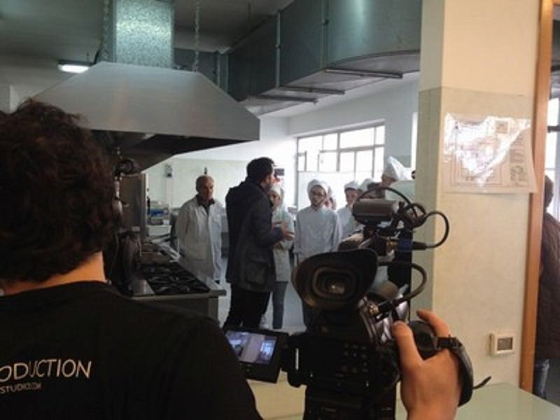 Immigrazione: studenti a lezione di cucina con un cuoco afgano