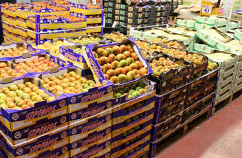 Lotta al commercio abusivo: sequestrati 1700 chili di frutta e verdura