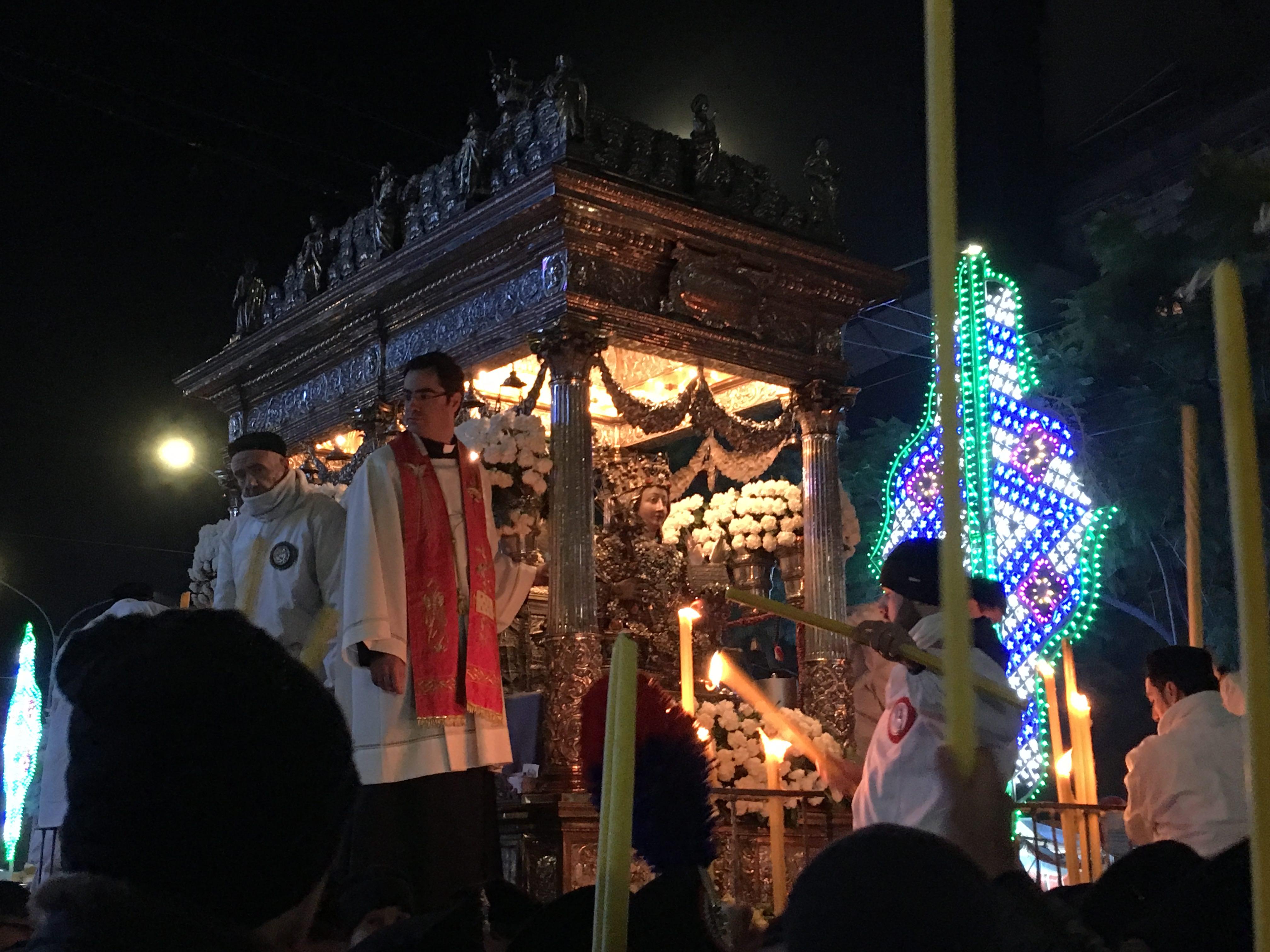 Giro di boa: la Santa arriva in piazza Borgo