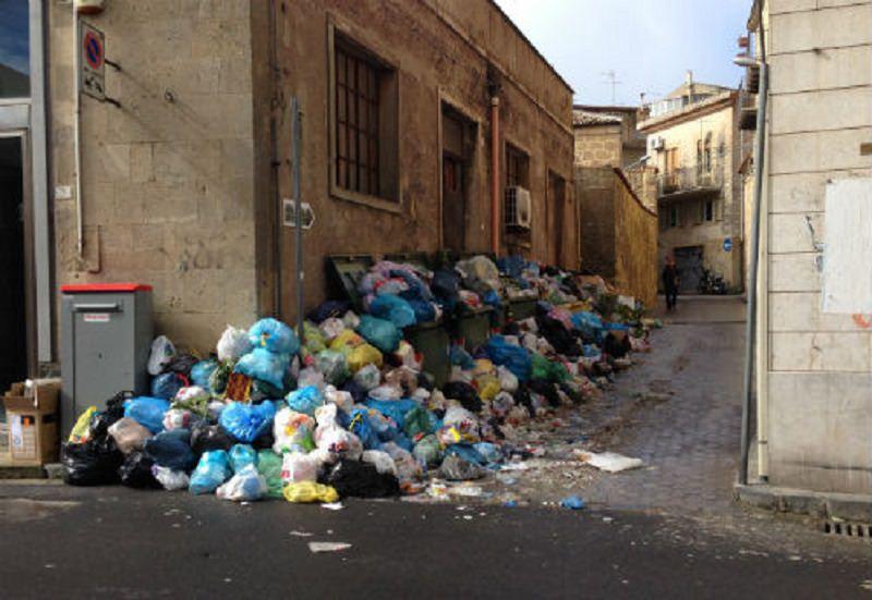 Enna invasa dai rifiuti, è scontro: il sindaco denuncia l'Ato Ennaeuno