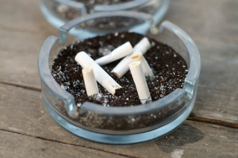 Addio alla bionda: da domani niente sigarette in auto e fino a 300 euro di multa per una cicca a terra