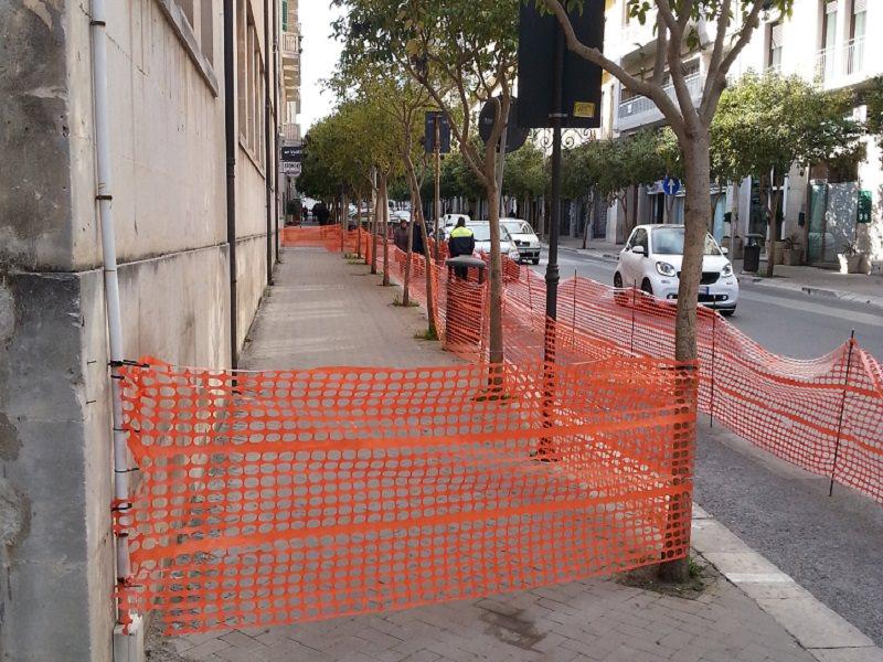 Ancora transennato marciapiede di viale Tenente Lena a Ragusa. Perchè?