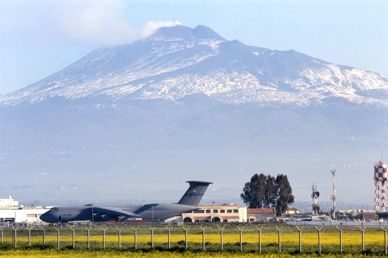 Sigonella, tra strategie militari e crisi sventate: la storia dell'Hub of the Med cresciuto ai piedi dell'Etna