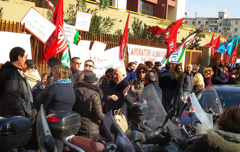 "Almaviva ""catastrofe sociale"". Esplode la rabbia a Palermo"