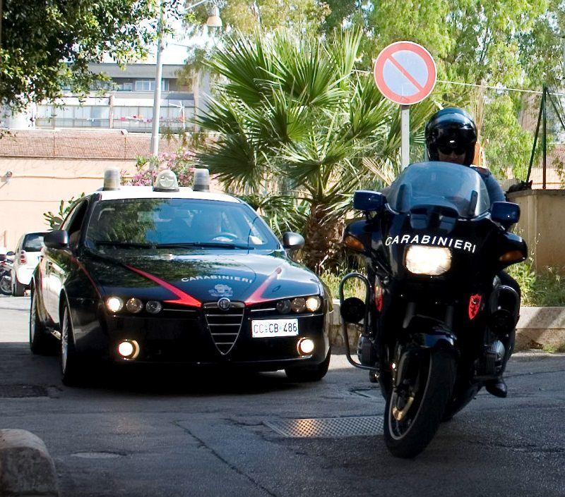 Lite in via Oreto a Palermo, prende un coltello e lo ferisce al volto