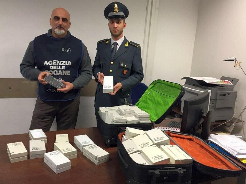 In arrivo da Dubai con 54 cellulari non dichiarati, scatta il controllo all'aeroporto di Catania