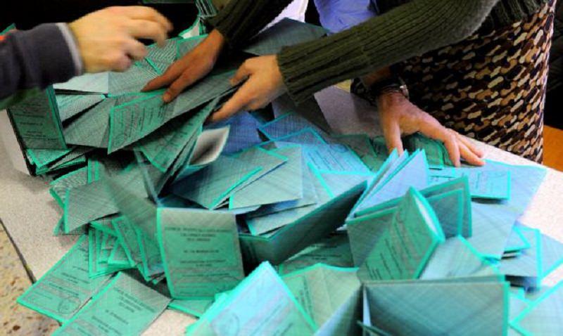 Buste della spesa in cambio di voti. Cascio indagato per voto di scambio