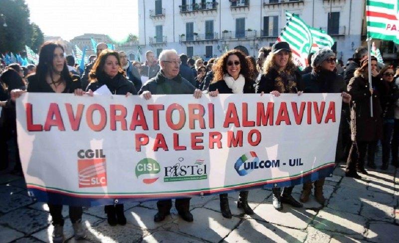 """Vertenza Almaviva, l'urlo dei sindacati: """"Non applicata clausola sociale, lavoratori sotto ricatto"""""""